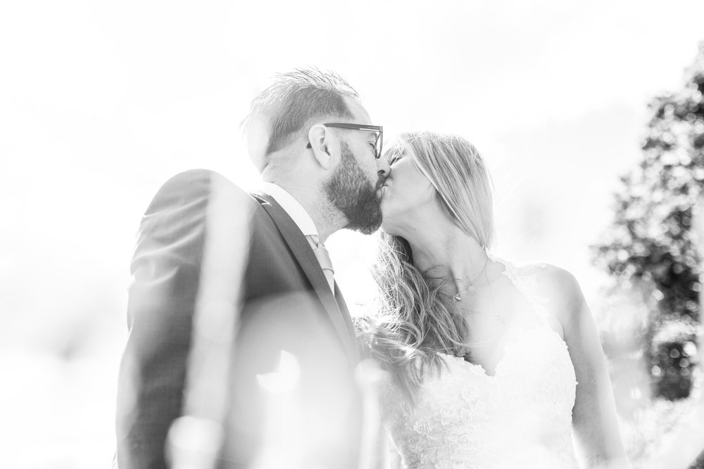 Brudpar kyss motljus svartvitt.jpg