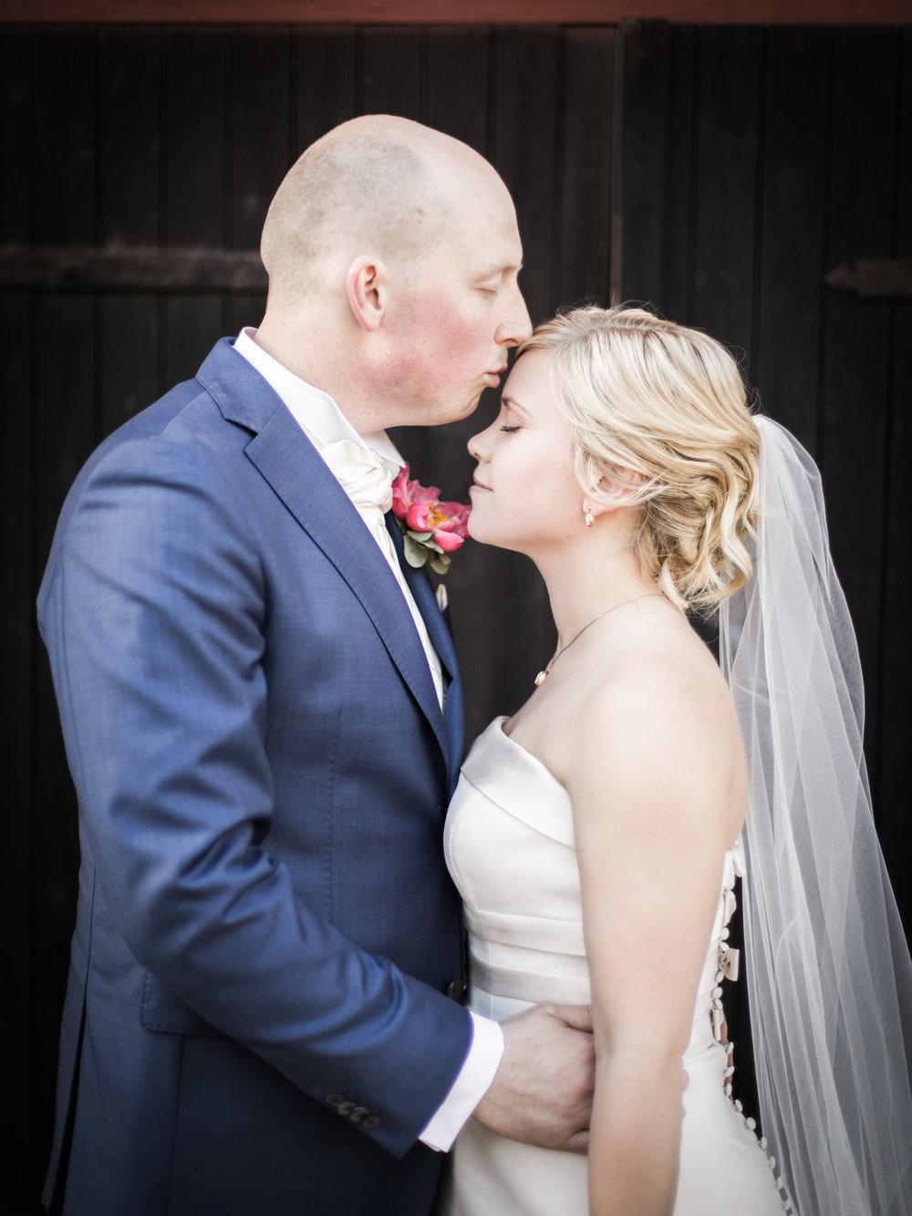 Kyss på pannan brudpar