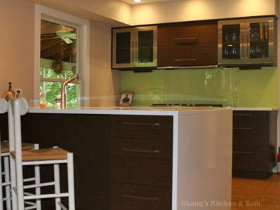 Contemporary kitchen design in Newtown, PA with a glass backsplash.