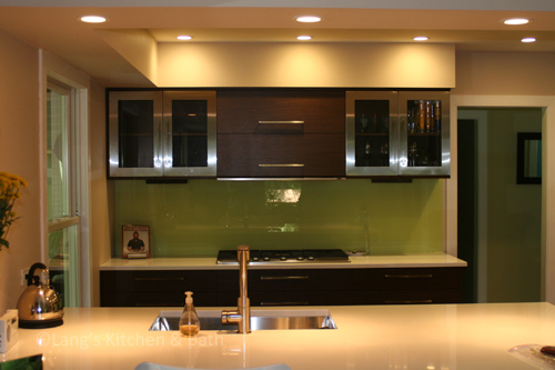 Contemporary kitchen design with sleek bar pull cabinet hardware.