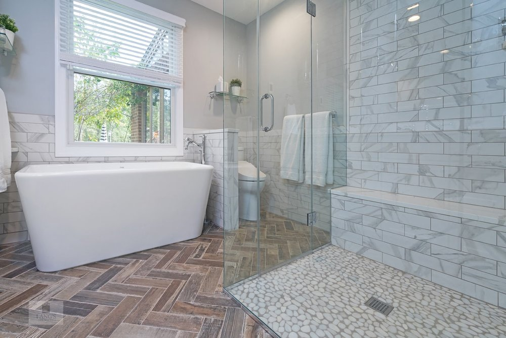 Bathroom design with ledge storage
