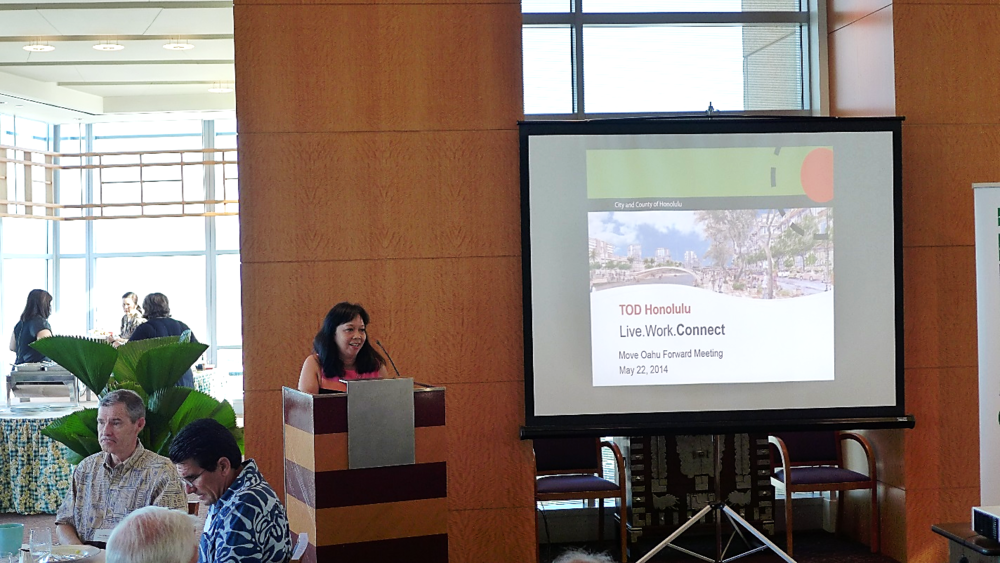 Move Oahu Forward executive director Jennifer Sabas introduces Mayor Kirk Caldwell at the May 22, 2014 meeting.