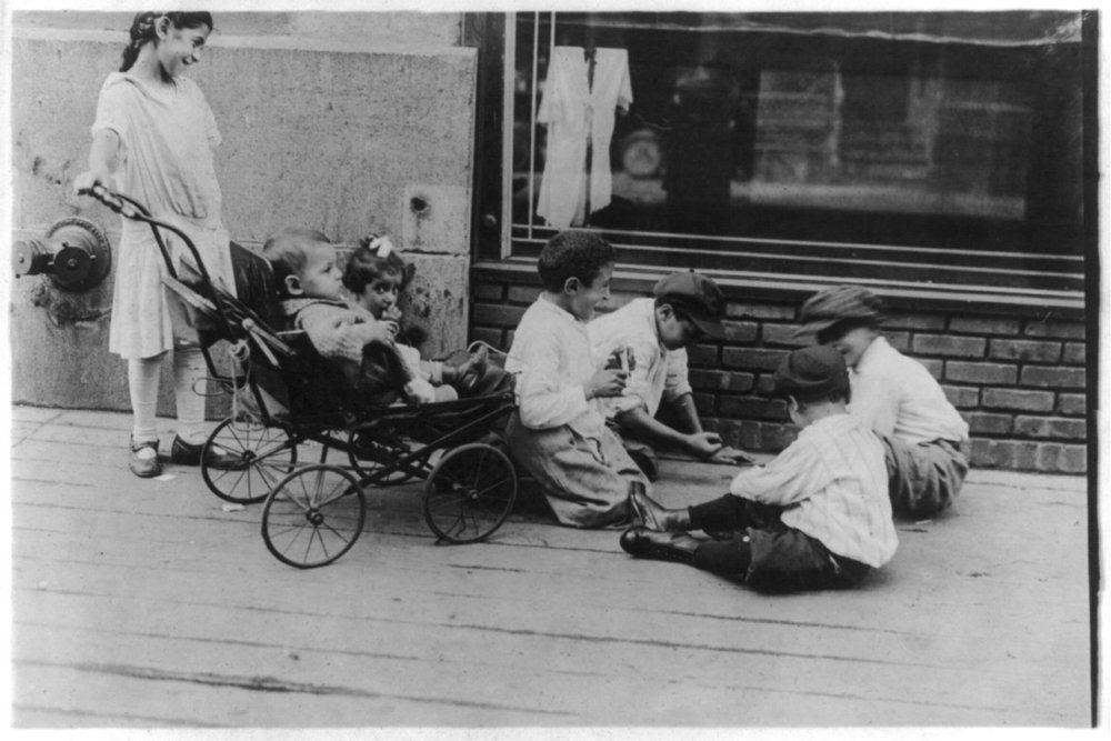 Syrian immigrant children play on the sidewalks of New York in the early 1900s. (Credit: George Grantham Bain Collection, Library of Congress)