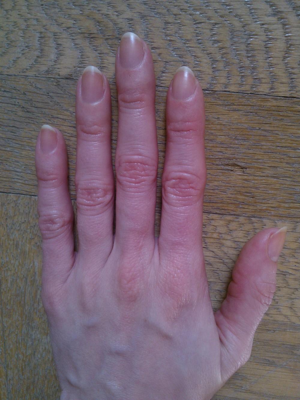 Začíname pestovať. Nechty môžete v tomto kroku, ak si ich neobhrýzate, nechať nenalakované, lepšie budú vstrebávať olejček a krém. Nezabúdajte na rukavice pri kontakte so saponátmi.