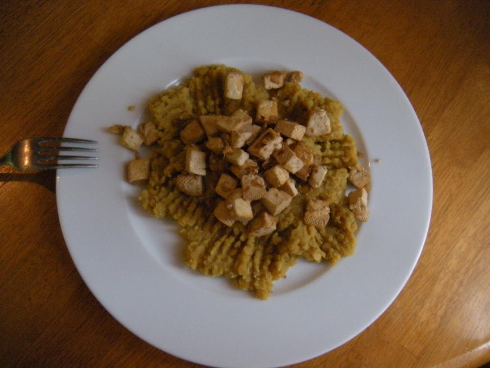 Kaša z červnenej šošovice + údené tofu opečené na cibuľke