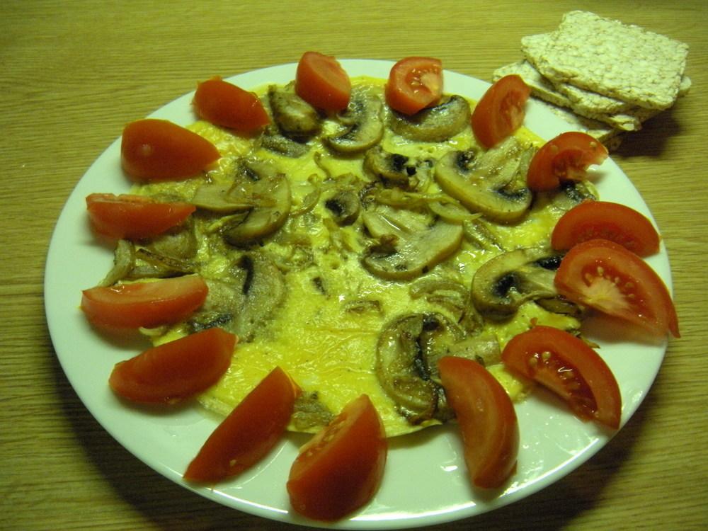 Omeleta so šampiňónmi, dve paradajky, štyri ryžové chlebíky