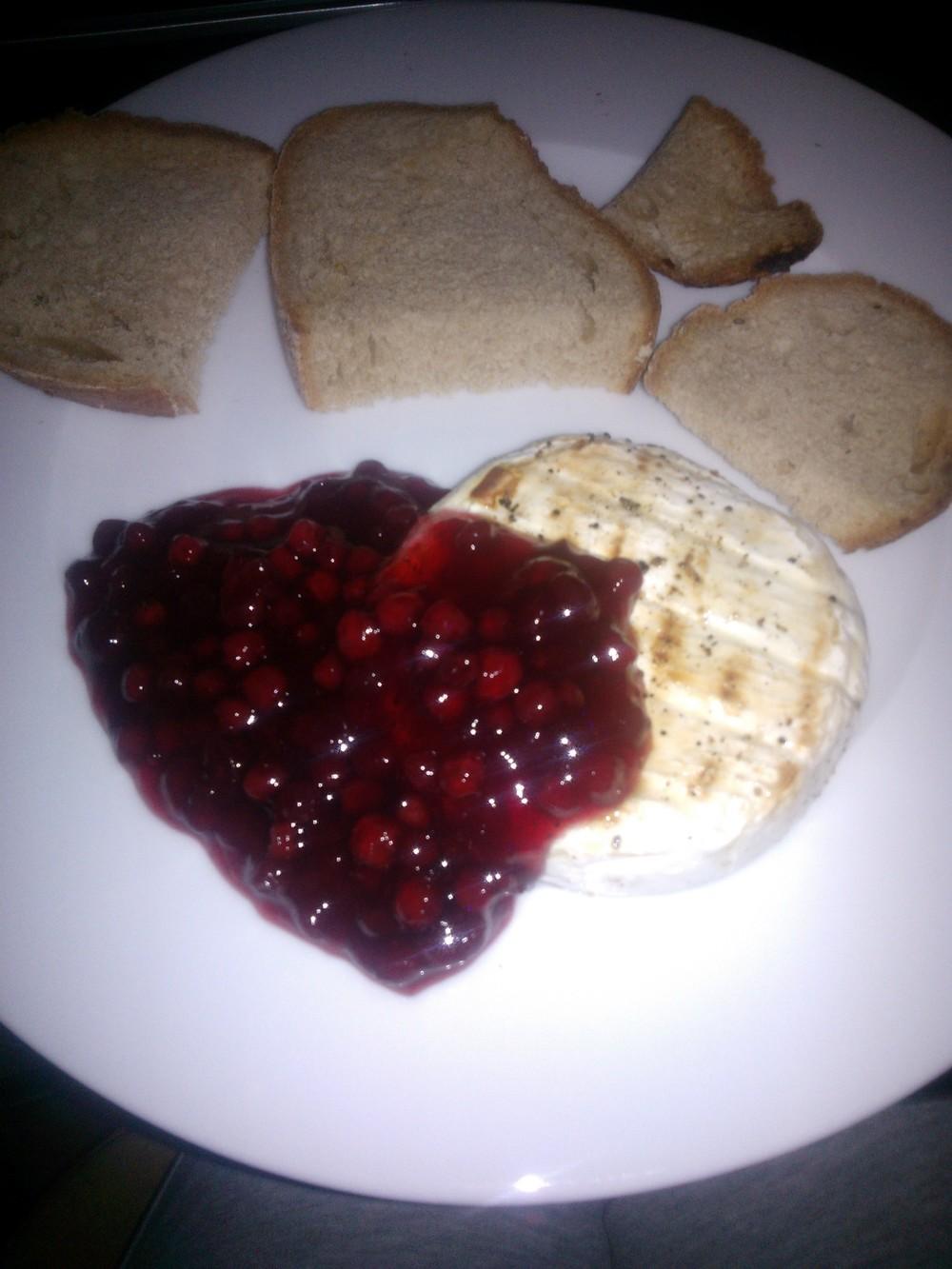 Grilovaný už neviemaký syr, brusnice a hrianky