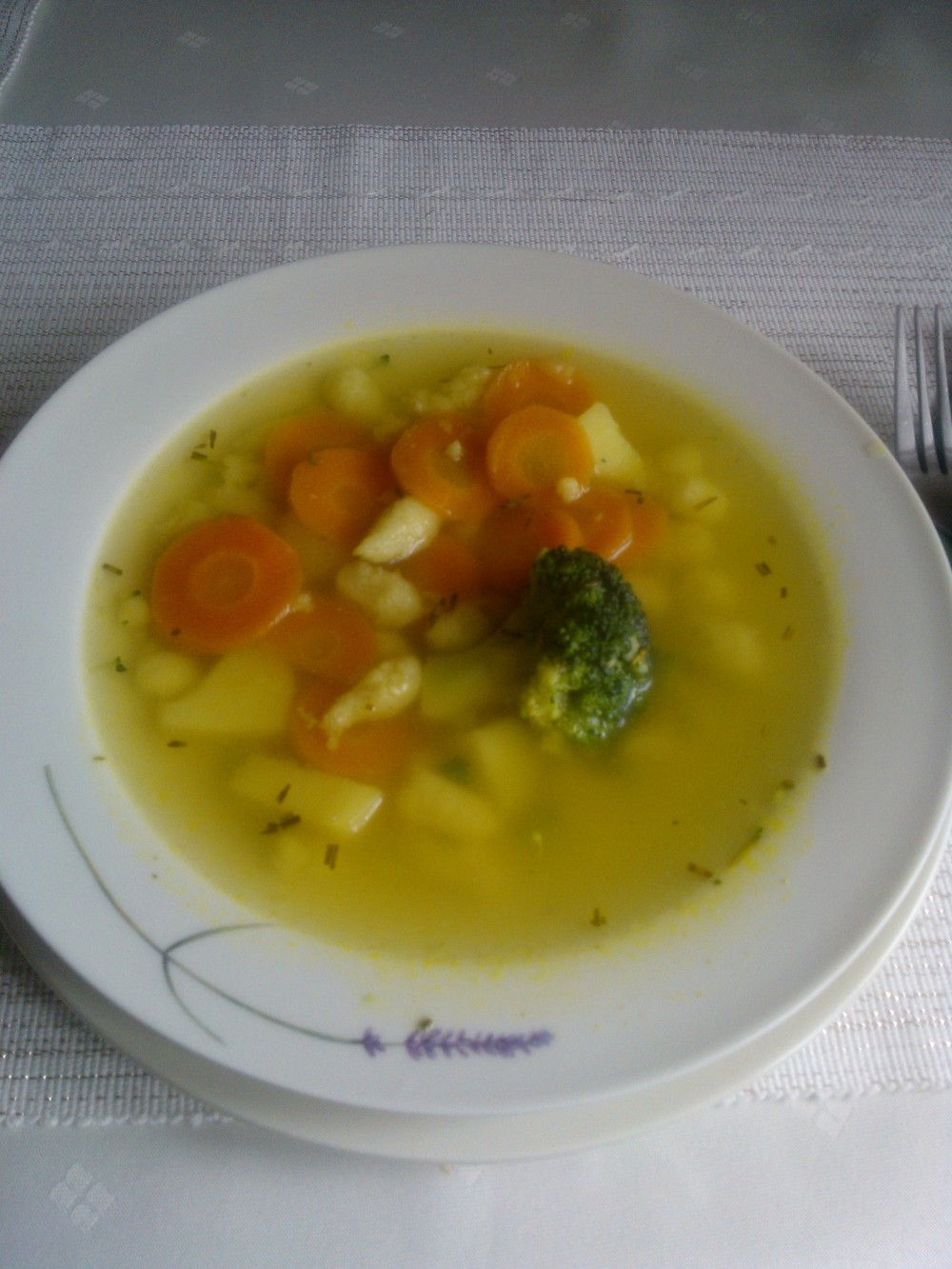 Jednoduchá jarná polievka so zavarenými krupicovými haluškami