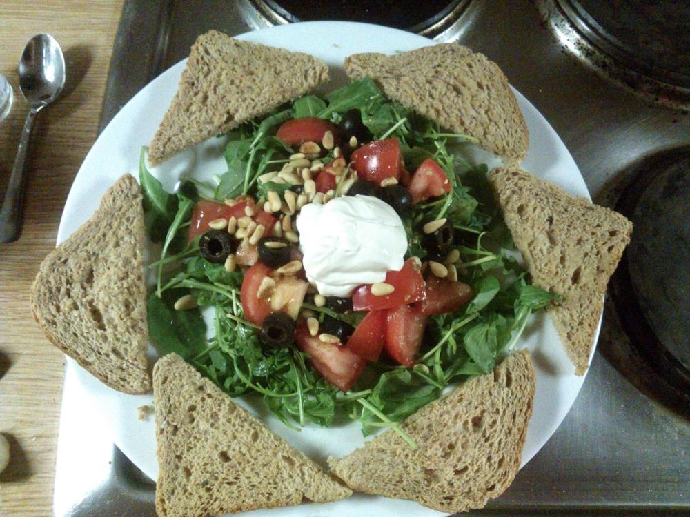 Zasa rukola, olivy, paradajky, kozí syr a cesnakové hrianky