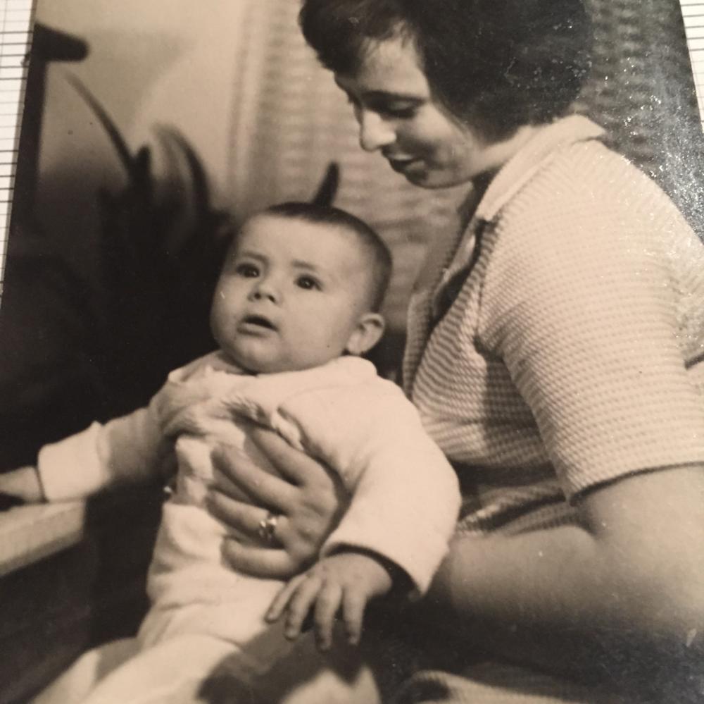 Andrej Šeban v maminom náručí, priklavíri