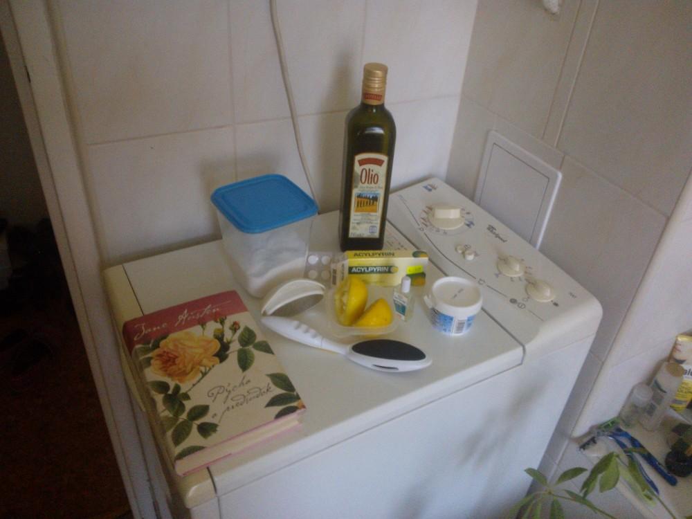 Všetko, čo potrebujete na účinnýexfoliačný kúpeľ nôh a pedikúru. Kým vychladne voda, niečo si aj prečítate :)