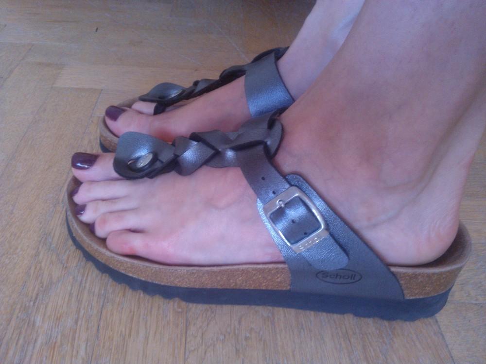 po lakovaní je fajn neobúvať si hneď uzavreté topánky ani ponožky, lak by sa vám mohol nepekne otlačiť