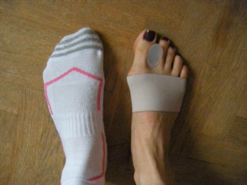 silikónový separátor aj jungovu bandáž schováte normálne v ponožke, a môžete ísť pokojne behať...