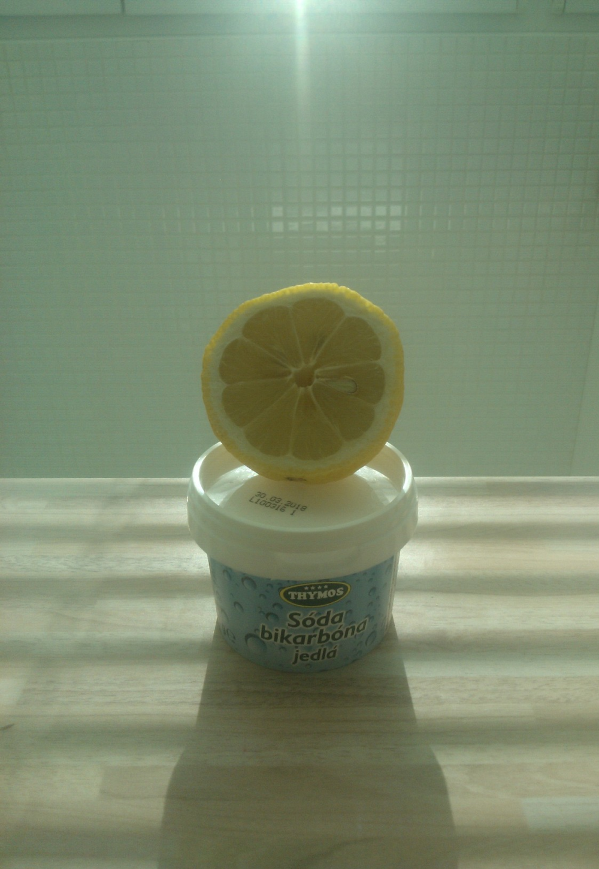 """Chrabré duo:  citrón + sóda, akurát si ich nechajte pre vaše chodidlá, drezy alebo wc misy..    * Neznamená, že si pár kvapiek citróna, pre uchovanie aktivity a čerstvosti ostatných ingrediencií, nemôžete vytlačiť do vašej domácej masky, jasné, že hej! Bavíme sa tu o koncentrovanej ovocnej šťave priamo z citróna, priamo na tvár!Na to má citrón príliš nízke pH a môžete si spáliť fejs. Rovnaké """"no-no"""" je pre pleť v tomto smere jedlá sóda. Tá je zasa príliš zásaditá a môže poškodiť ochranný kyslý plášť vašej kože. Osobne som to zažila keď som si ňou skúšala umyť vlasy. Čisté """"ZLO""""! Ak už silou mocou potrebujete abrazívny píling aj na tvár, vydajte sa radšej sladkou cestou a použite cukor. Kombináciu cukru a kávy používam napr. ako telový peeling aj ja."""
