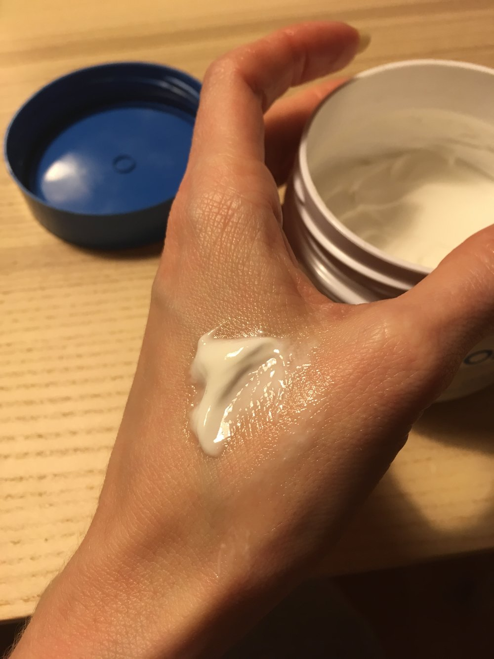 Telové balzamy Indulona sú ako vidíte veľmi hutné a premasťujúce, po kontakte s teplom vašej kože sa však príjemne roztápajú. Rozhodne si na ich zapracovanie na tele nechajte čas, ak sa chcete iba rýchlo natrieť a ísť, stavte na telové mlieka.