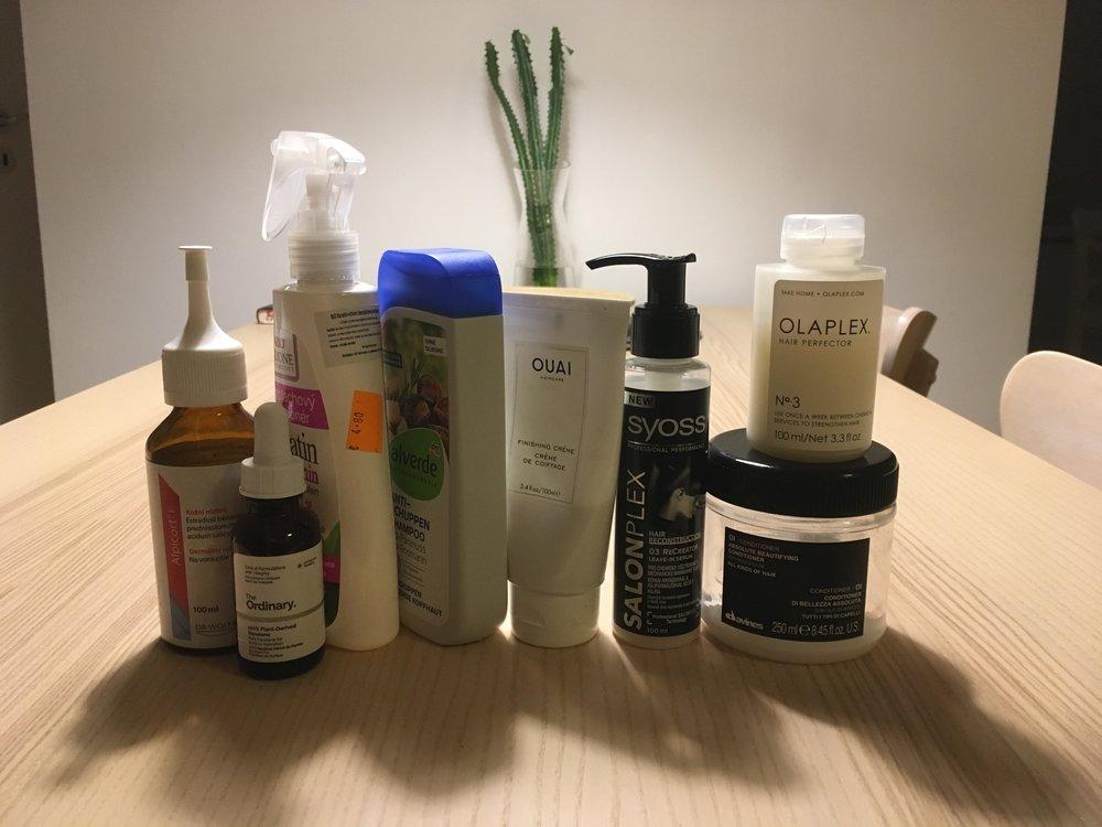 Zľava:  Alpicort F , roztok od dermatológa proti vypadávaniu vlasov, minula som už druhú fľašu, budem si musieť ísť znova po recept, dovtedy bezoplachový kondicionér  Bione  s keratínom, chinínom a kofeínom, šampón  Alverde  s rozmarínom,  Quai , textúrovací krém, Salonplex od  Syoss , bezoplachové regeneračné sérum,  Davines -Absolute beautifying Oi / conditioner, je parádny!!!,  Olaplex  a skvalán od  TO