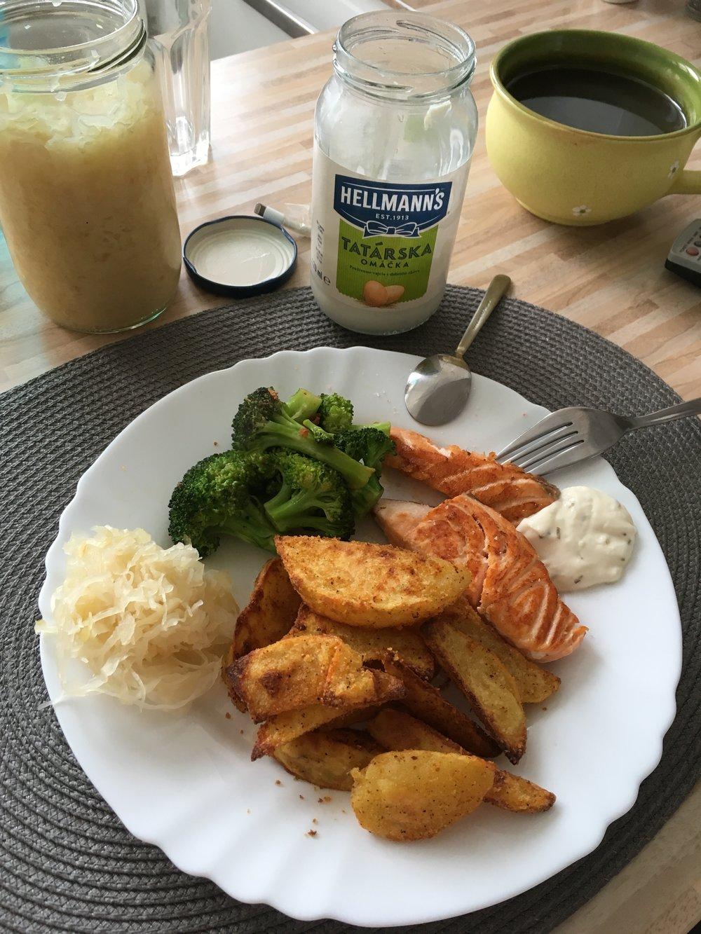 Losos, brokolica, alchemilka a kvasená kapusta prebíjaú pečené zemiaky a tatársku, aspoň v mojej hre ;)