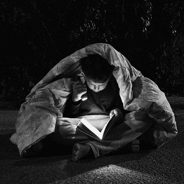 #   REZAALENDAQUE    as crianças andavam pelas ruas e dormiam com historinhas de ninar.    📷 @  matthcordeiro