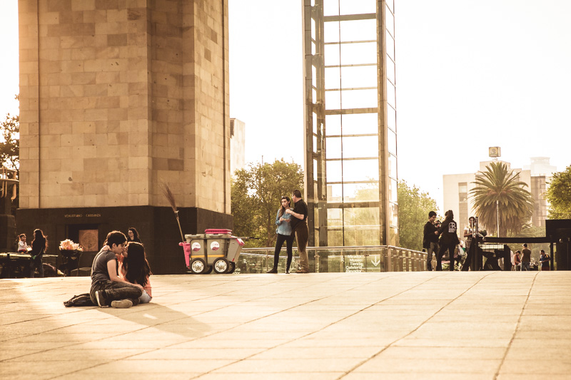 Lovers under the Monumento a la Revolución