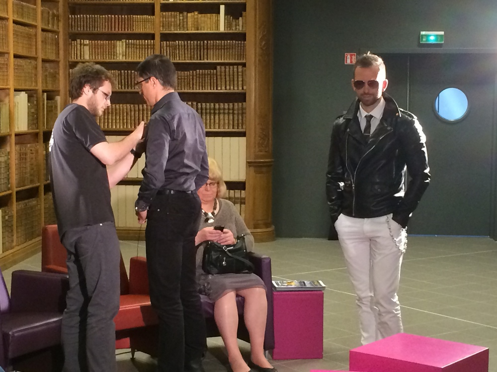 """Pose micros et concentration avec Loïc Henry et Stéphanie Nicot avant l'émission littéraire """"Des livres et vous""""..."""