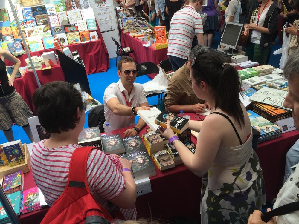 Dédicaces sur le stand de la librairie Le Grenier. Certains blogueurs de la première heure ont même apporté leurs épreuves d'Animale... collector :-)