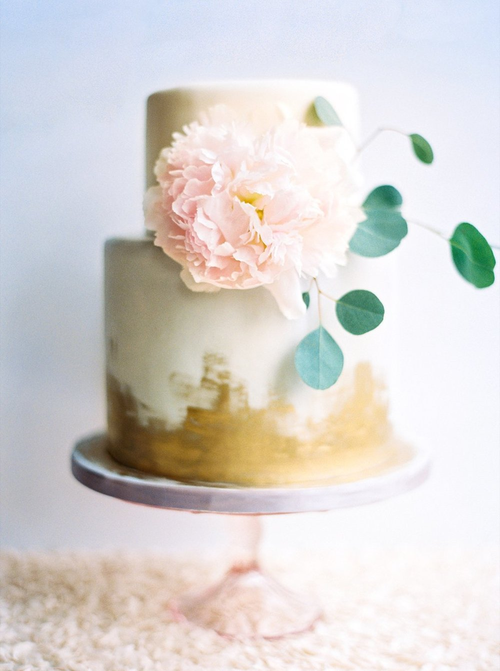 Best Southern Wedding Cake Bakeries | Simply Jessica Marie's Gold Painted Wedding Cake by Art of Cakes Bakery photographed by Perry Vaile as seen on the Draper James Blog