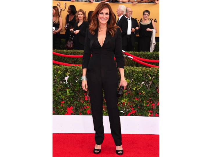 Julia Roberts: Givenchy   Es de mis actrices favoritas pero esta vez se equivocó. Entiendo que quiera hacer algo diferente y moderno, pero un tuxedo jumpsuit para un red carpet es poco elegante, los zapatos no dan ningún toque especial  y el ruedo esta mal hecho.  She's one of my favorite actresses but this time she made the wrong choice.I get she's trying to do something different and modern, but wearing a tuxedo jumpsuit for a red carpet is not elegant at all, also the shoes weren't making any statement and the hem needs to be fixed.