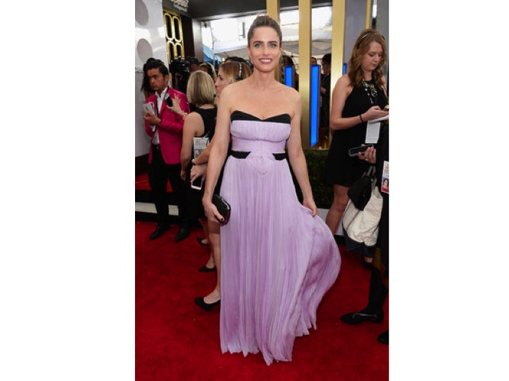 Amanda Peet: J Mendel   Este modelo no le favorece para nada. No le hace bonita forma en el busto, se le ve apretado y los colores no van bien.  This style is not doing anything for her. Her boobs looks awful, the dress looks small on her and the colors don't match.