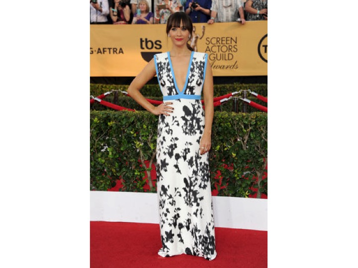 Rashida Jones: Emanuel Ungaro Ella pensó que iba a una boda en la playa o algo así... No a un red carpet. She thought that she was attending a beach wedding... Not a red carpet.