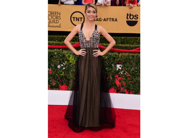 Sarah Hyland: Vera Wang Pegaron dos vestidos que no tenían nada que ver y listo! They decided to put two dresses together that had nothing to do with each other and voilá!