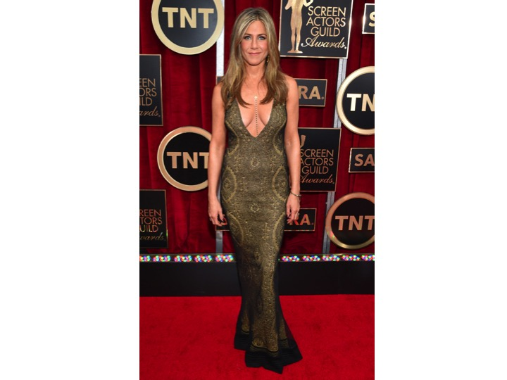 Jennifer Aniston: Galliano   Amo a Jennifer no saben cuanto pero si hubiese cerrado el escote unos centímetros más este look fuera otra historia. Su busto no esta para estos escotes!  I love Jennifer so much! But in order to make this look a hit she needed to close this cleavage a few inches... Her boobs are not ready for this dress!