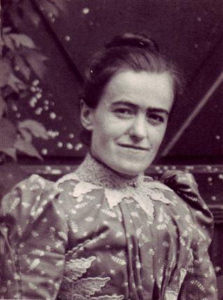Leonie Martin as a laywoman