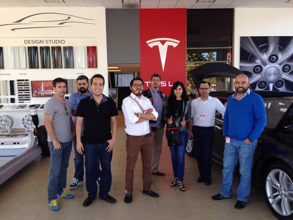 En agencia de autos Tesla (autos eléctricos)