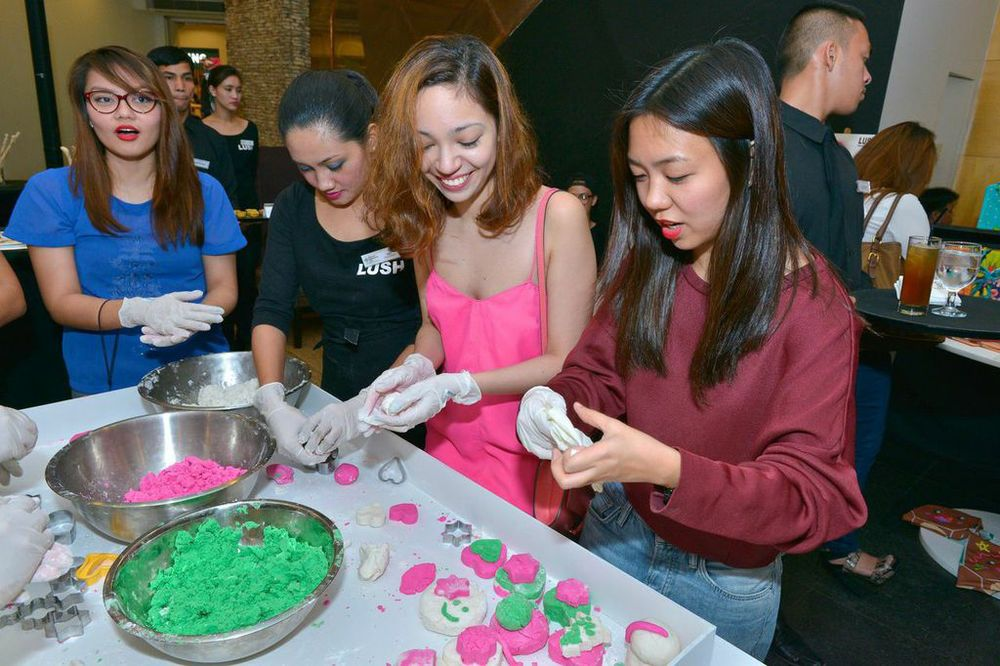 Bloggers unleashing their crafty side by making their own bath bombs