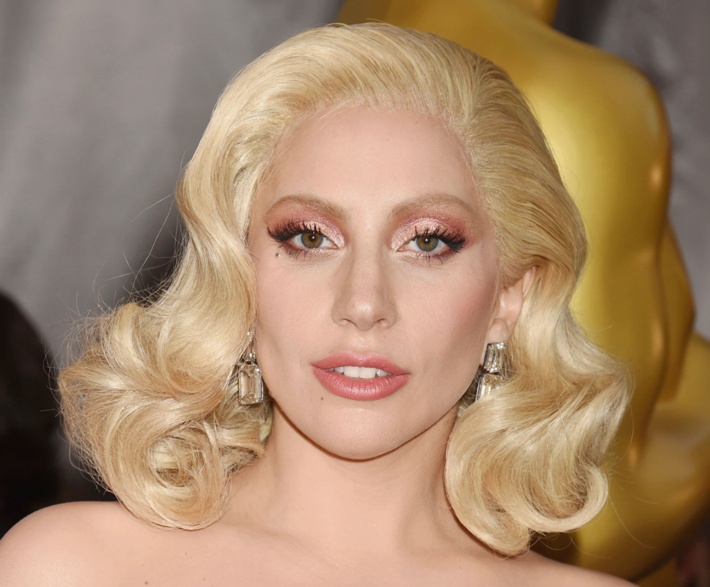 Lady Gaga wears rose gold on her lips and lids at the 2016 Academy Awards. (Getty Images)