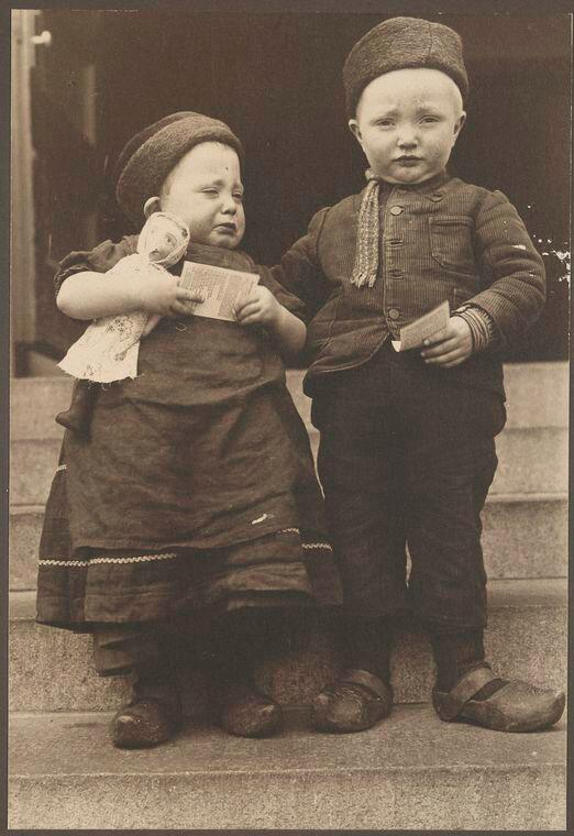 Brother & sister from Holland at the Immigration Station, Ellis Island. 1905https://twitter.com/History_Pics/status/333167834140119040/photo/1