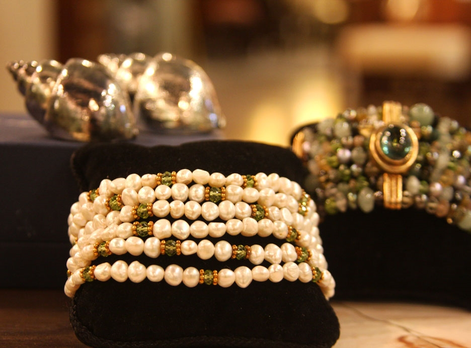 Hiden: Cuff bracelet of freshwater pearls and peridot beads