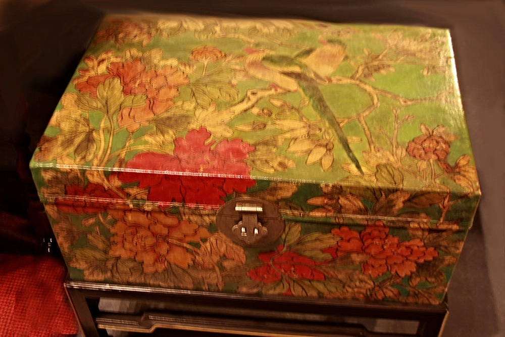 Hiden Galleries: c1900 decorated leather trunk