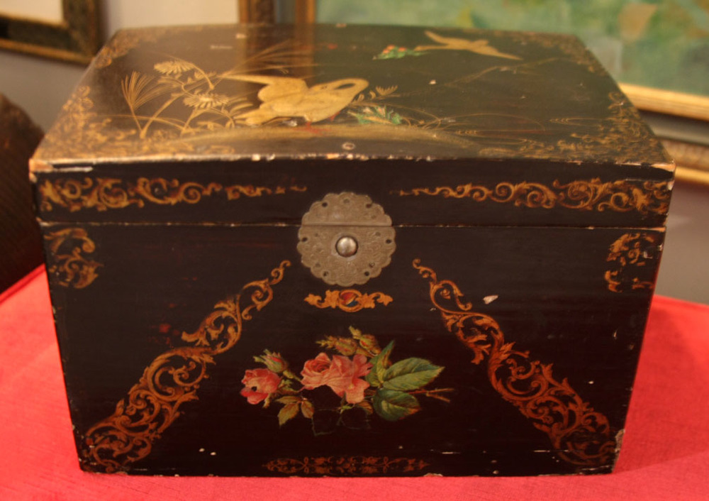 Hiden Galleries: black lacquer box with cranes and roses