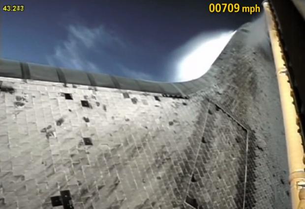 Imagem do ônibus espacial rompendo a barreira do som.