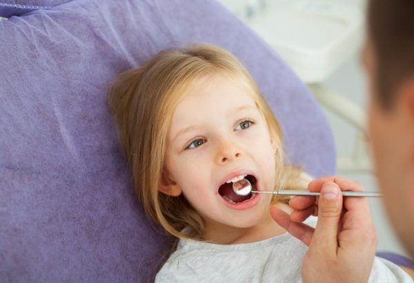 little-girl-at-dentist-picture-id611857072-600x411.jpg