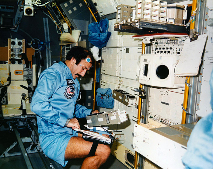 Wubbo_Ockels_working_in_Spacelab_D1_during_the_STS-61A_flight_node_full_image_2.jpg