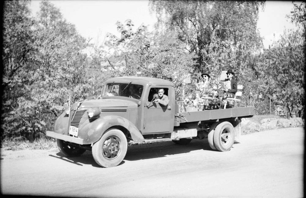 Solbakken med sin lastebil