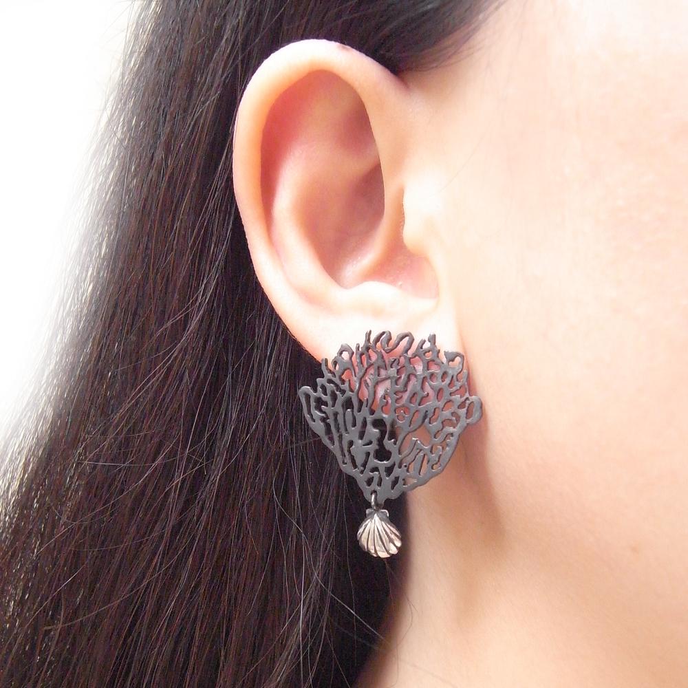 Momocreatura: Black coral & shell single earring silver | Jewelry > Earrings -  Hiphunters Shop