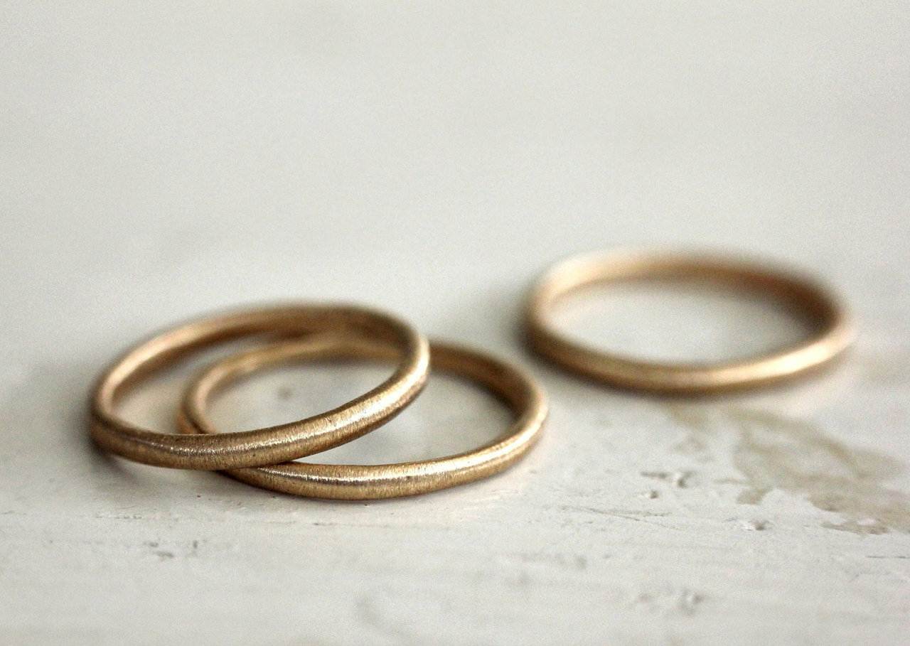 1924us :      lightly textured gold band .