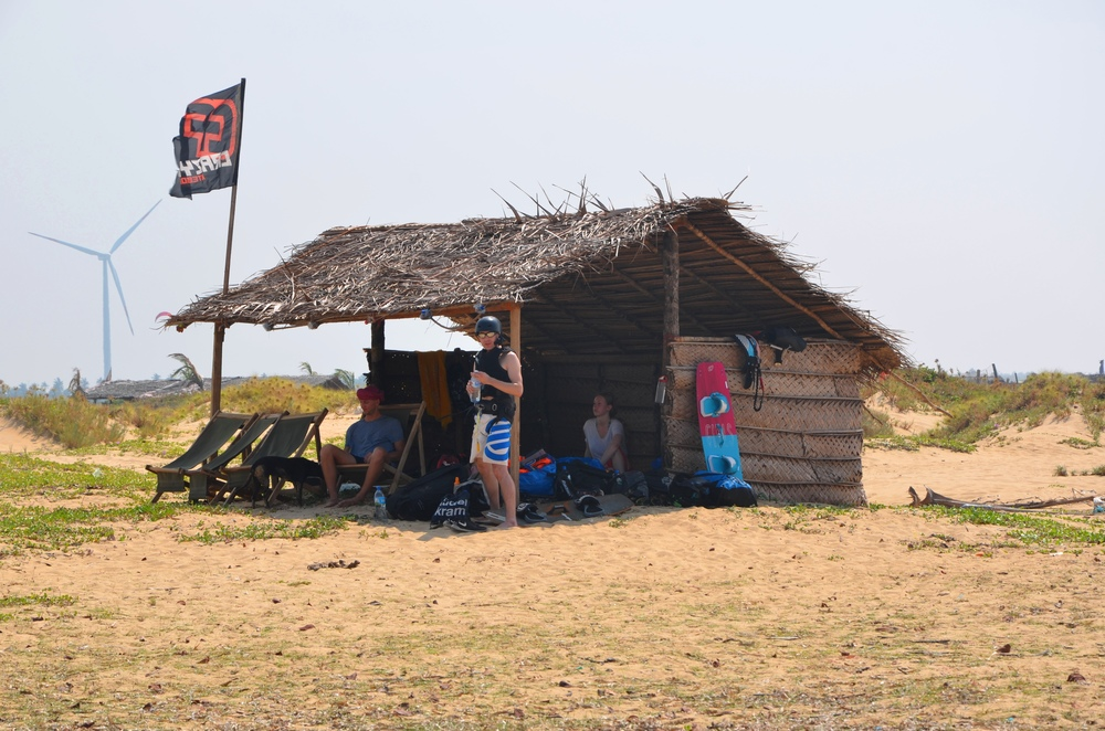 Beach_hut_in_kalpitiya.jpg