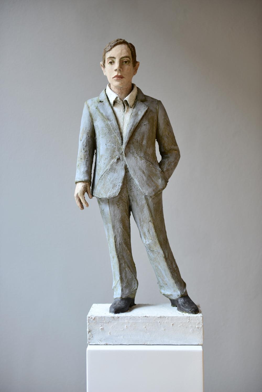 Stehender Mann mit hellgrauem Anzug
