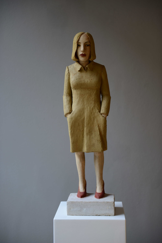 Frau mit khakifarbenem Kleid