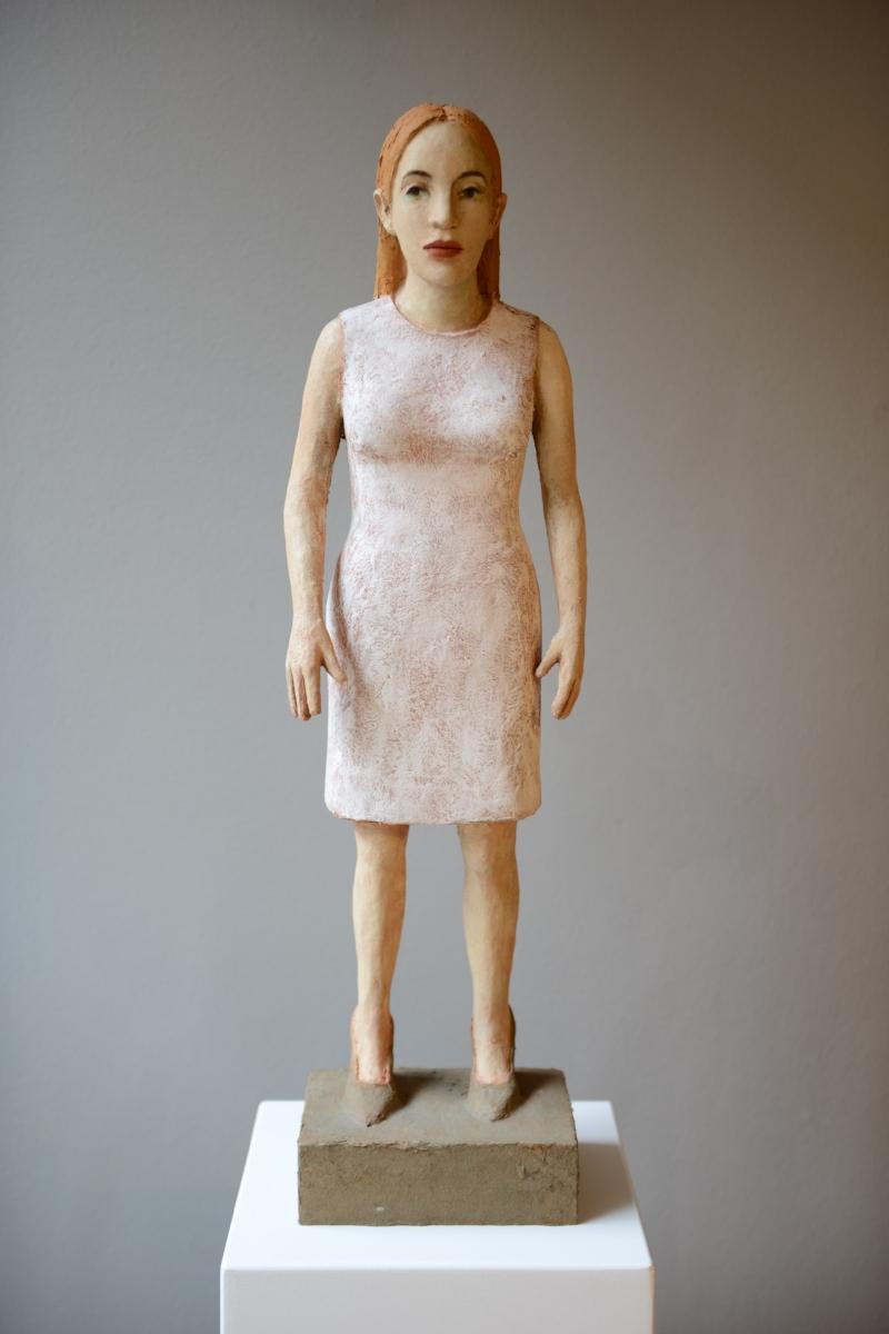 Frau mit weissem Kleid
