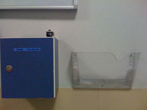 Skrzynka na ankiety a szpitalu klinicznym na Karowej w Warszawie. Tylko ankiet brak. I ktoś ukradł długopis. To zapewnia brak negatywnych uwag od pacjentek.    Ale ISO mają wdrożone, a jak.
